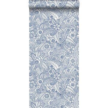 tapet pennteckning av blommor blått på vitt